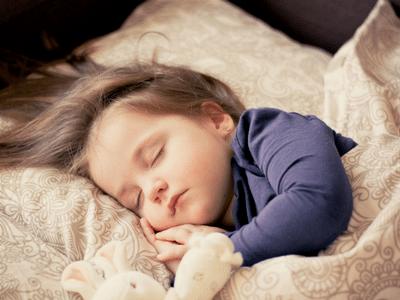 Bambino che dorme rilassato grazie all'aiuto degli oli essenziali