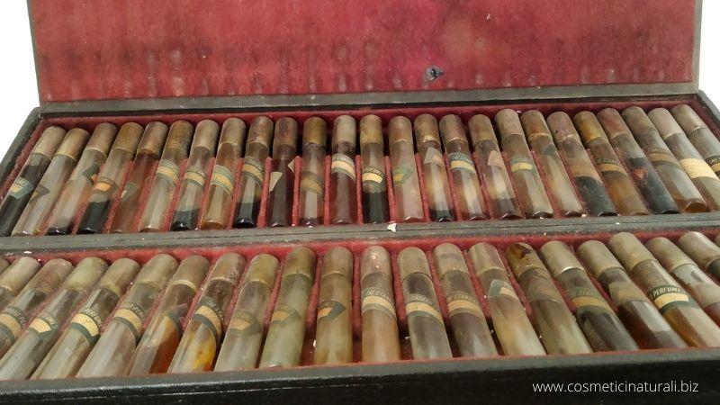 Astuccio da profumiere che contiene 50 fiale porta essenze - Stati Uniti fine XIX sec, Museo Aboca